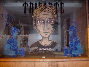 Street Art - beklebtes Schaufenster in Lissabon