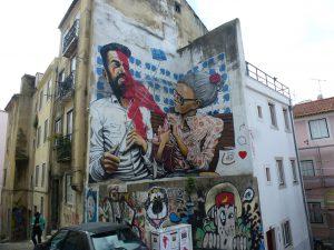 Großaufnahme: Missgeschick mit Selfie-Stick - Wandgemälde in Lissabon