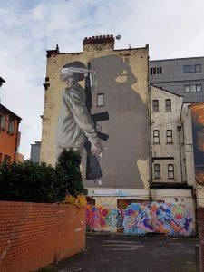 Soldat - mit dem Rücken zur Wand (m it verbundenen Augen) - großes Mural in Manchester | England
