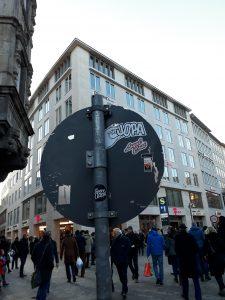 JOPA - Sticker auf Straßenschild auf Münchner Marienplatz