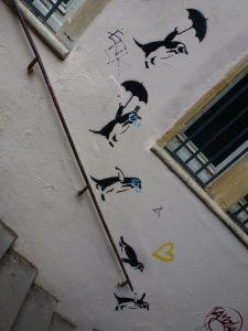 Na, wenn das mal nicht zu Wetter passt - Pinguine mit Schirm... na, sauber! Stencil aus Lyon, Frankreich