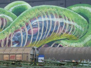 Selbst der Hase, den die Schlange verschlungen hat, lässt die Eisenbahnwagons wie Spielzeug wirken.