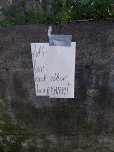 Urban Art: Let´s love each other for a moment - Aufruf am Sonntag | Isar an der Wittelsbacherbrücke, München