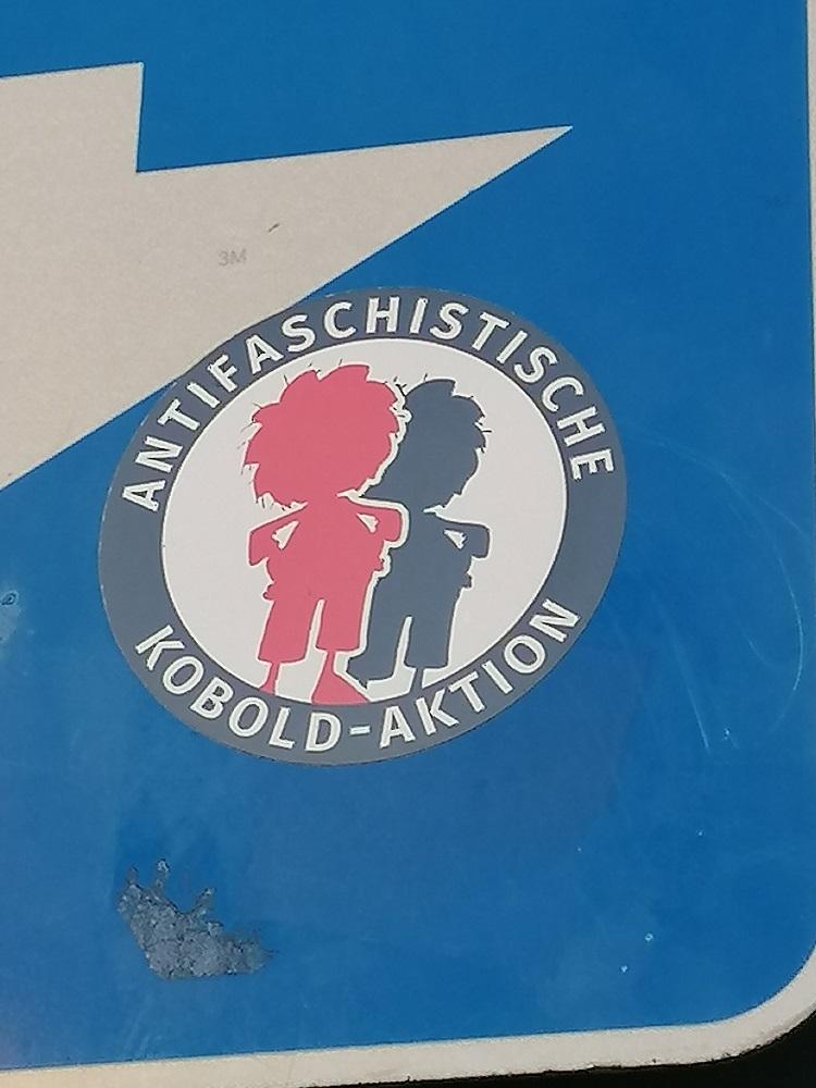 """Street Art in München. Sticker: """"Antifaschistische Kobold-Aktion"""""""